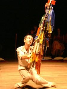Durante os espetáculos, o artista traz elementos da cultura pernambucana (Foto: Divulgação)