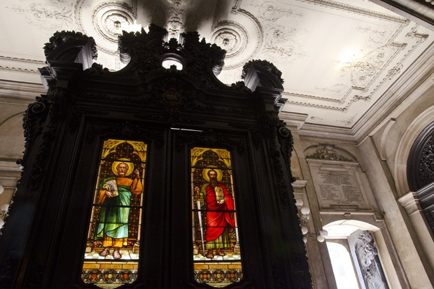 . Portal de madeira na entrada da Igreja da Candelária, com vitrais de São Pedro e de São Paulo, confeccionados em Munique, Alemanha (Foto: Haroldo Castro/ÉPOCA)