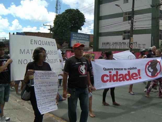 Moradores de Camaragibe fizeram protesto pedindo reabertura de maternidade (Foto: Reprodução / TV Globo)