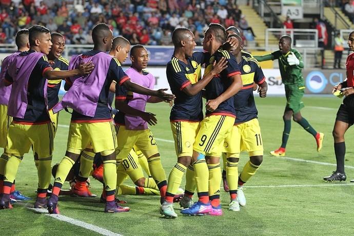 Colombianos comemoram a vitória na estréia (Foto: Reprodução/Twitter)