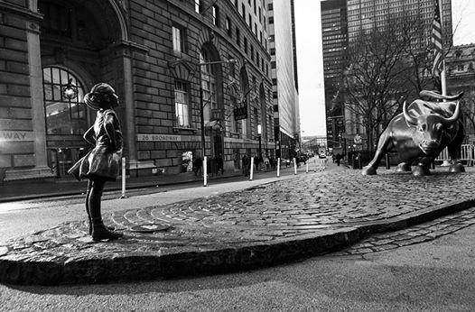 Fearless Girl: estátua homenageia as mulheres em Wall Street (Foto: Reprodução/Facebook)