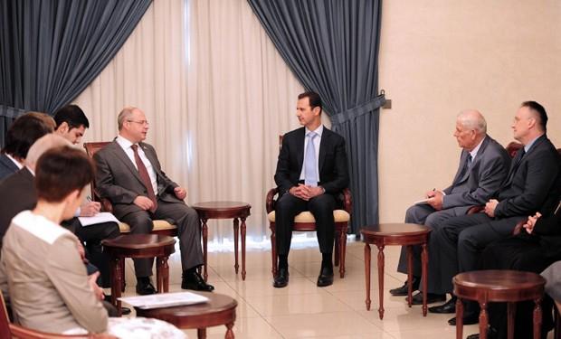 Presidente sírio, Bashar al-Assad, participou de reunião com uma delegação russa de parlamentares em Damasco no domingo (Foto: Sana/AFP)