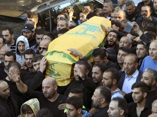 Funeral de Adel Termos; testemunhas afirmam que ele se lançou sobre um dos suicidas quando percebeu o ataque (Foto: REUTERS/Karamallah Daher)