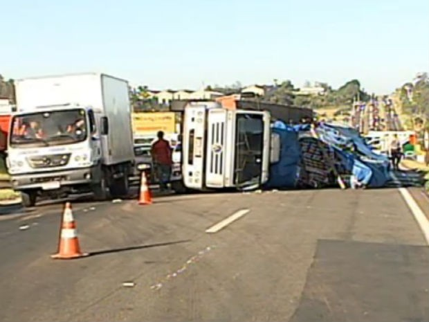 Caminhão carregado de refrigerantes tomba em rodovia de Jundiaí, SP (Foto: Reprodução/TV TEM)