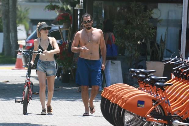 Bianca Bin passeia com seu marido na Barra da Tijuca, RJ (Foto: Dilson Silva / Agnews)