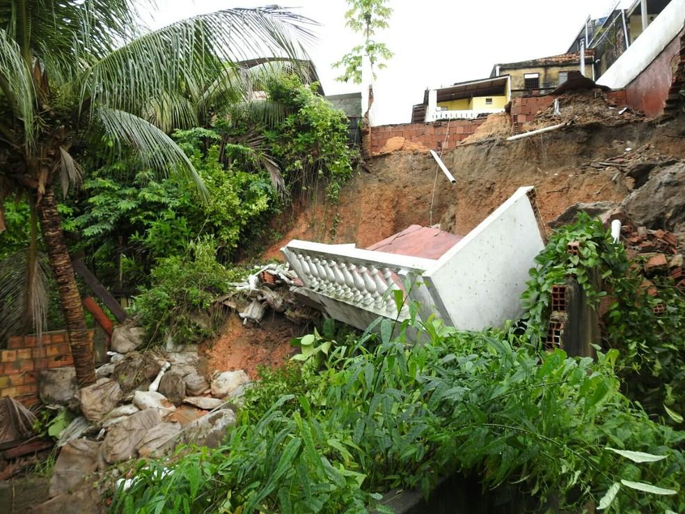 Deslizamento ocorreu durante chuva na Rua Beira Mar,  no São Raimundo, em Manaus (Foto: Adneison Severiano/G1 AM)