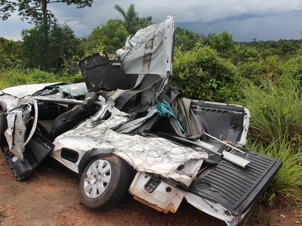 Veículo modelo pickup foi atingida pelo caminhão. As três pessoas que estavam no veículos foram levados ao pronto-socorro conscientes, mas feridas gravemente (Foto: Ivanete Damasceno/G1)