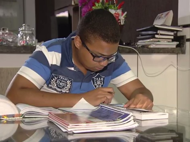 Matheus Nascimento, 20 anos, é autista e conseguiu liminar que determina que universidade realize mudanças para que ele se mantenha no curso de direito Goiânia Goiás (Foto: Reprodução/TV Anhanguera)