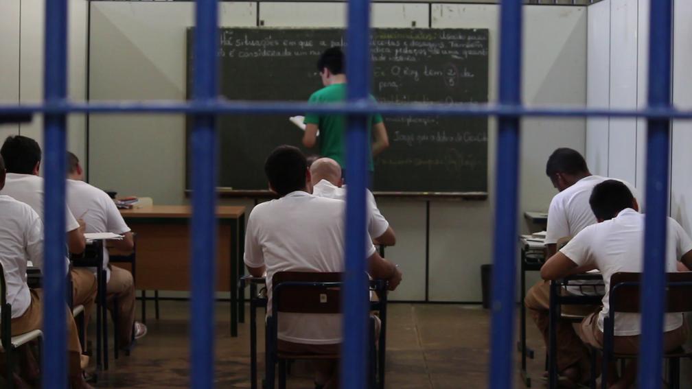 Presos estrangeiros têm aulas de português dentro da penitenciária, em Itaí (Foto: Carlos Dias/G1)