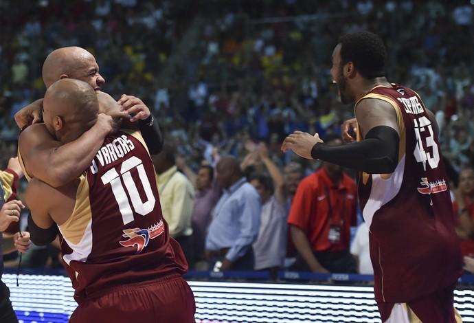 Jogadores da Venezuela comemoram a classificação para os Jogos de 2016 (Foto: YURI CORTEZ / AFP)