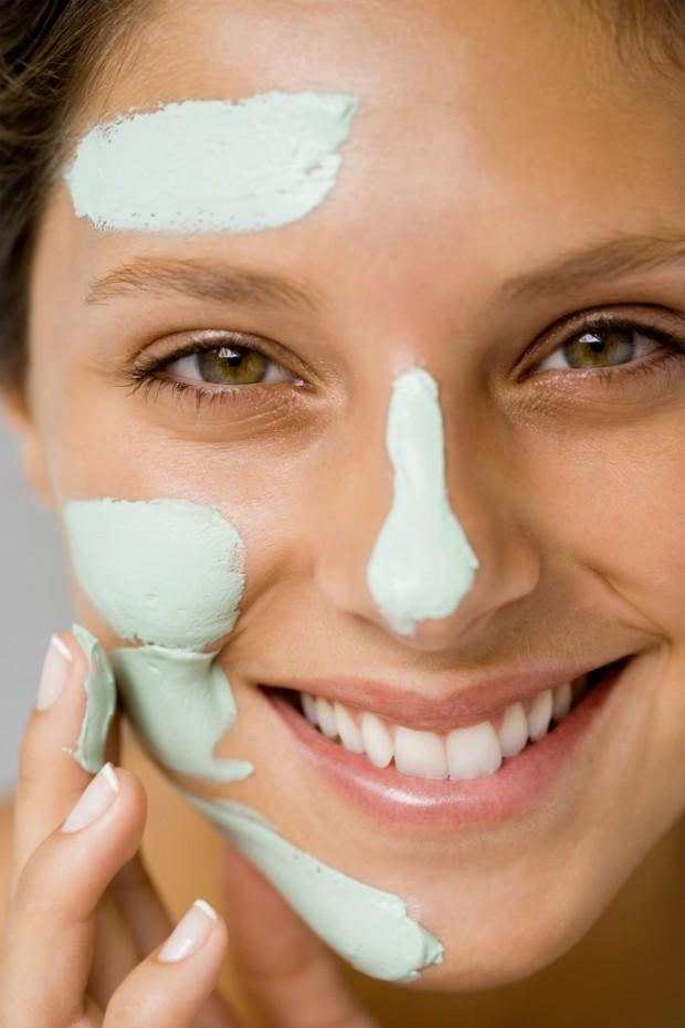 Pele lisa já! Conheça 4 técnicas inusitadas para combater a acne