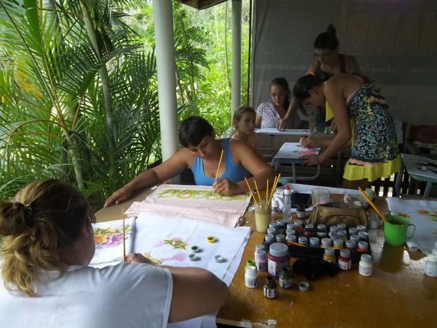 Crianças, jovens e adultos participam das oficinas de artesanato.  (Foto: Kellen Leal/Pesagro-Rio)