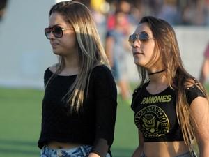 Com camiseta do Ramones, musa caminha pela Cidade do Rock neste domingo (15) (Foto: Flavio Moraes/G1)