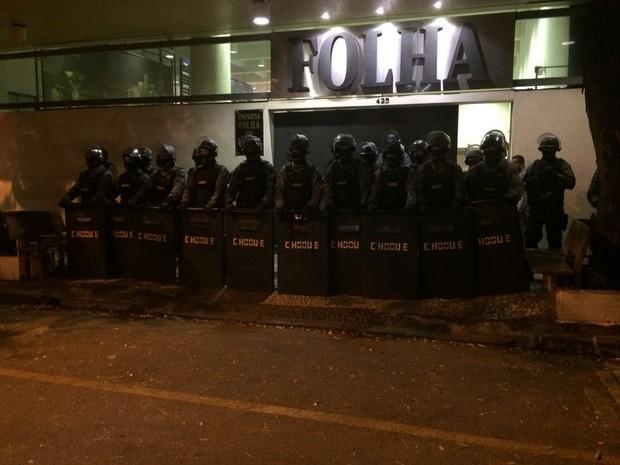 PMs do Choque em frente à sede da Folha de S.Paulo (Foto: Roney Domingos/G1)