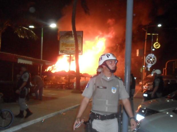 Barraca pega fogo durante comemorações de ano novo. (Foto: Arquivo Pessoal/Bleine Oliveira)
