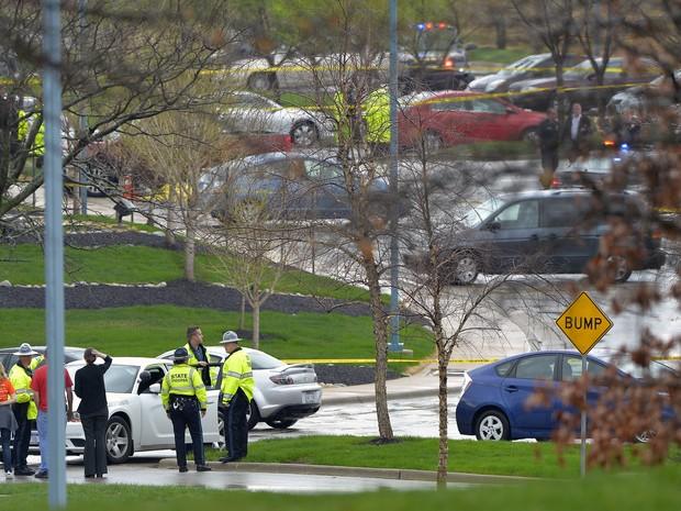 Policia investiga atentado no Centro da Comunidade Judaica, em Overland Park, no Kansas, neste domingo (13) (Foto: John Sleezer / AP Photo)