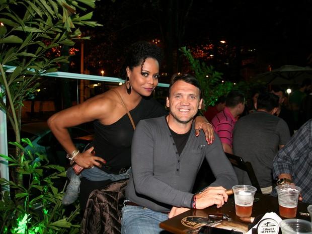 Adriana Bombom e o ex-jogador de futebol Petković  em inauguração de restaurante na Zona Oeste do Rio (Foto: Divulgação)