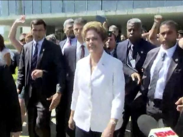 Dilma deixa o Planalto e é cercada por apoiadores (Foto: Reprodução/GloboNews)