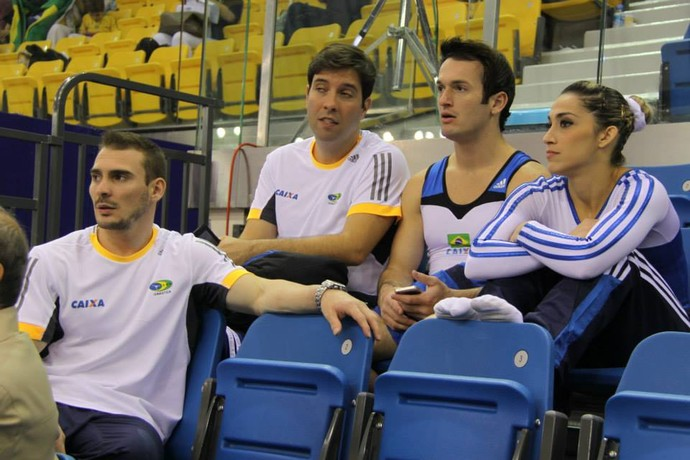 Arthur Zanetti, Diego Hypolito e Daniele Hypolito acompanham as classificatórias em Doha (Foto: Reprodução/Facebook)