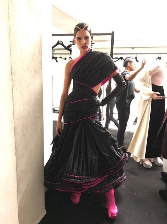 Raica posa no backstage do desfile de Jean Paul Gaultier na Semana de Moda de Paris (Foto: Divulgação)