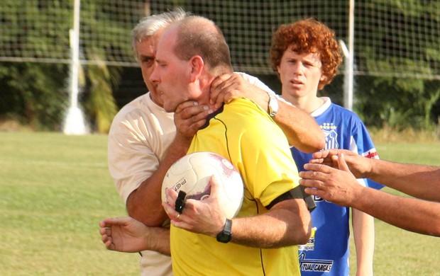 Atitude anti desportiva: Depois de expulso, treinador pega árbitro pelo pescoço no sul de SC