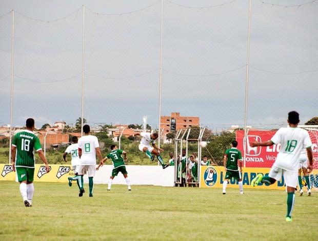 Thiago Junio fazendo o gol de honra do Naciona-MG no amistoso com Mamoré (Foto: Leandro Brant)
