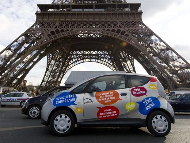 carro elétrico compartilhado Paris (Foto: Gonzalo Fuentes/Reuters)
