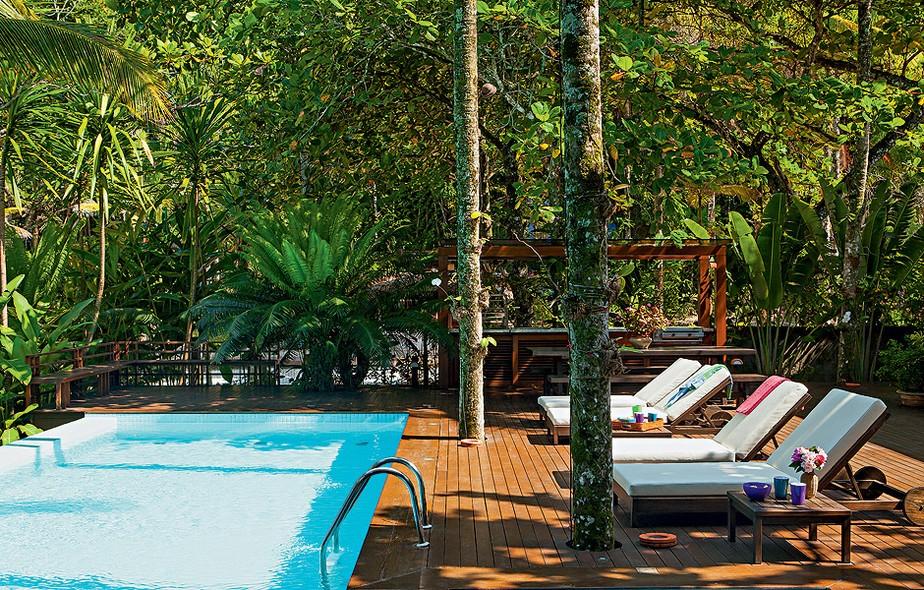 Apesar da casa ser de frente para a praia, existe a piscina, para mergulhos também em água doce. Com borda infinita, ela tem vista para o mar e fica no deque de madeira com churrasqueira. Projeto do paisagista Gil Fialho