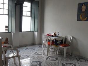 Sala da casa de Cida em Cachoeira, Bahia (Foto: Lílian Marques/ G1)