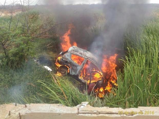 Acidente ocorreu após tentativa de assalto.  (Foto: Divulgação / Polícia Militar)