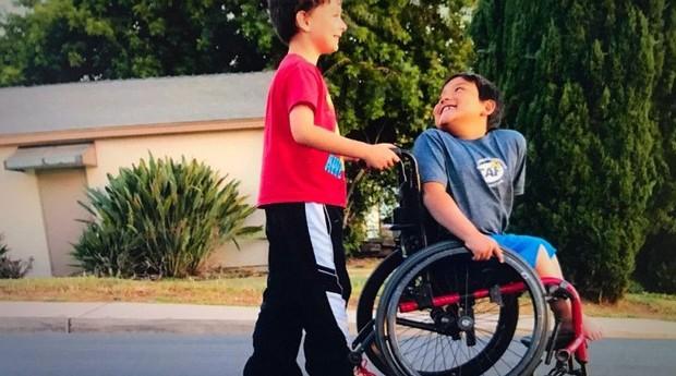 paul burnett; Kamdem Houshan; cadeira de rodas; crianças; (Foto: Divulgação/Go Fund Me)