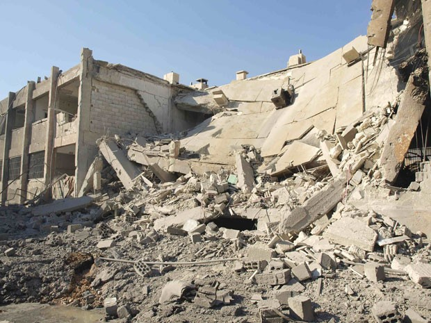 Prédios destruídos por ataque da força aérea síria em Daria. (Foto: Fadi Al-Derani/Reuters)