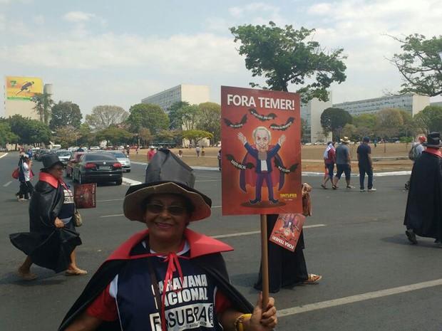 Manifestante vestida de vampiro carrega cartaz contra o presidente Michel Temer em ato na Esplanada dos Ministérios (Foto: Elielton Lopes/G1)