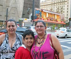 Maria das Dores, 37, trouxe o filho Gustavo, de 8 anos, para visitar a Paulista (Foto: Rosanne D'Agostino/G1)