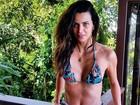 De biquíni e short, Fernanda Motta mostra a boa forma
