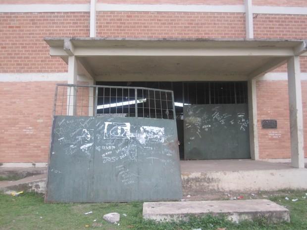 Portão feriu criança que foi atendida e levada oo posto de saúde (Foto: Gilson Dias)