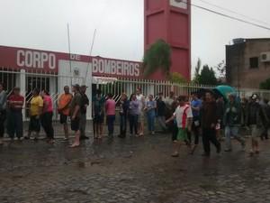 Moradores fazem fila para pedir auxílio a bombeiros em Santiago, rs (Foto: Arami Fumaco/RBS TV)