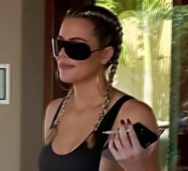 Khloé Kardashian com cigarrinho suspeito (Foto: Reprodução/E!)
