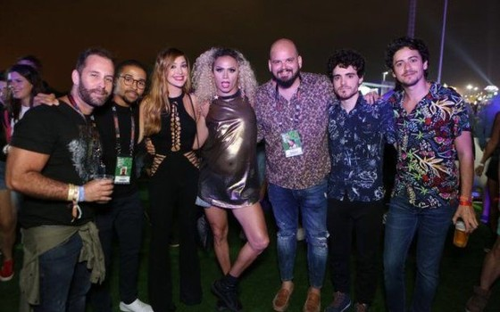 Jesuíta e Fábio (os dois a direita da foto), posam com grupo de amigos no Rock in Rio (Foto: Divulgação)