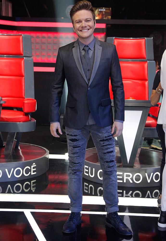 Michel Teló na ousadia com calça rasgada e smoking (Foto: Isabella Pinheiro)