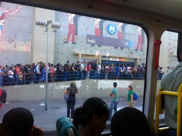 Estação Irajá tem fila de passageiros após problema no Metrô (Foto: Bruna Santos/Arquivo Pessoal)