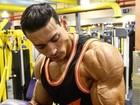 Felipe Franco mostra de pertinho o braço gigante e cheio de veias