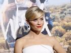 Reese Witherspoon vai a première usando vestido tomara que caia