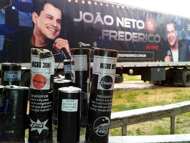 Fogos usados após o show da dupla João Neto & Frederico, em Serra Negra  (Foto: André Natale/G1)
