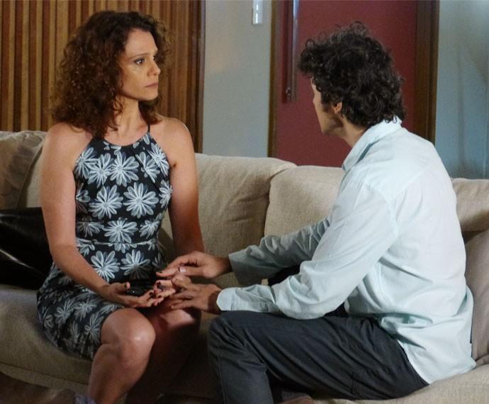 Caio pede a Irene para irem ao orfanato conhecer a criança  (Foto: Juliana Freitas/Gshow)