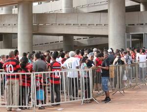 fila torcedores estádio Mané Garrincha (Foto: Fabrício Marques)