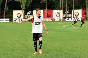Volante Luiz Gustavo será apresentado pelo Vitória nesta sexta-feira (Foto: Divulgação/E.C. Vitória)
