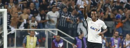 Com um a menos, Corinthians vence  o Palmeiras com gol do atacante Jô (Futura Press)