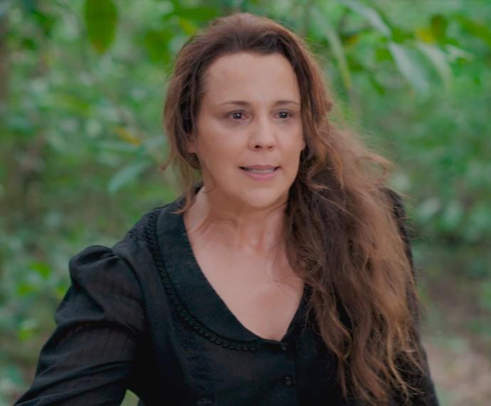 Emília abre o caixão de Bernardo! (Foto: TV Globo)