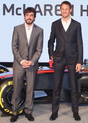 Fernando Alonso e Jenson Button posam com o novo MP4-30 em Tóquio (Foto: Getty Images)